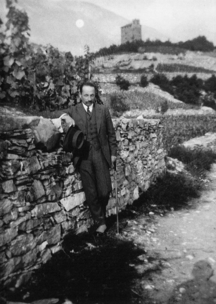 Rilke dans les vignobles valaisans, autour des années 1924 (Archives littéraires suisses, ALS, Berne)