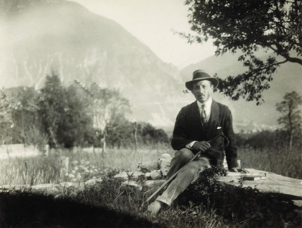 Rilke assis près de la chapelle de Muzot, 1924 (Archives littéraires suisses, ALS, Berne)