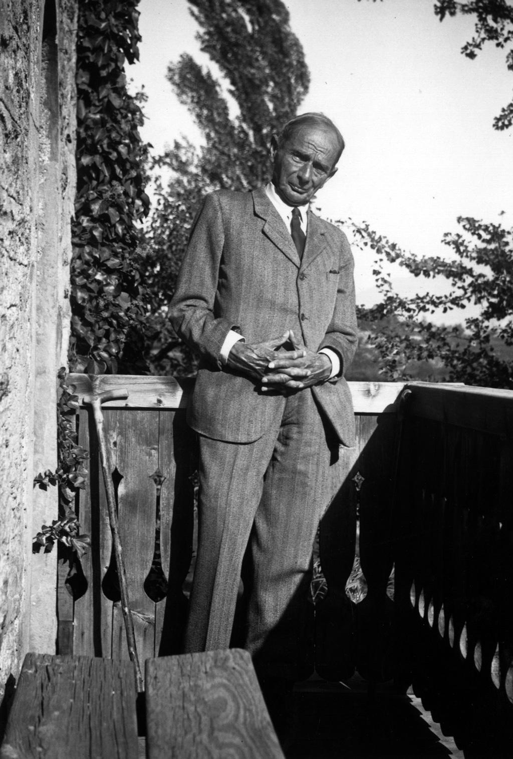 Rudolf Kassner auf dem Balkon von Muzot, 1947
